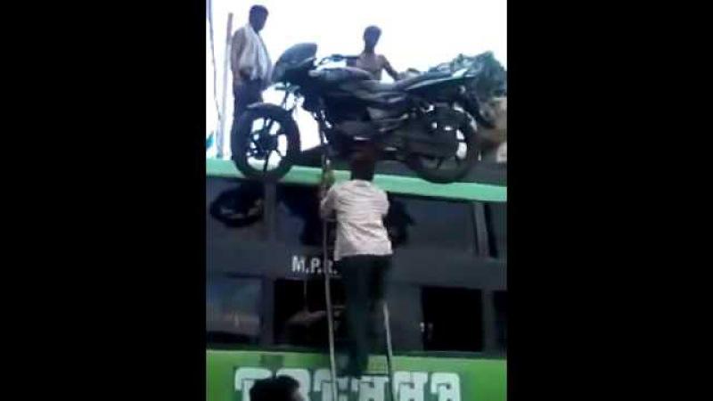 Индусы грузят мотоцикл на автобус