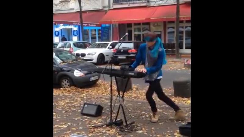 Мужик танцует, играет на синтезаторе и поёт Everybody Knows Shit Fuck