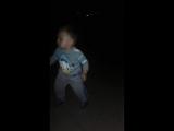 дождались))))сынок танцует на дискотеке, а мама с папой ждут на уллице))