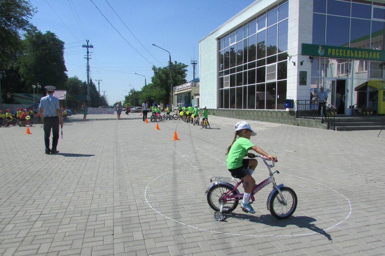Юные велосипедисты Неклиновского района изучают ПДД с помощью интерактивных спектаклей