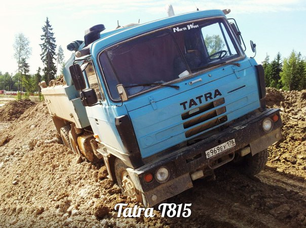 Представляем очередного участника экспозиции RetroBus - легендарный самосвал Tatra T815.Чешская компания-производитель транспортных средств Tatra была основана в 1850 году Игнацем Шусталой под названием «Schustala & Company». Компания производила коляски и брички. В 1860-х годах фирма имела заводы не только на территории Чехии, но и в Берлине, Вене, Вроцлаве, Киеве и Черновцах. С 1882 года компания приступила к производству железнодорожных вагонов. В 1897 году фирма, с 1891 года называвшаяся «Nesselsdorfer Wagenbau-Fabriksgesellschaft», выпустила первый в Центральной Европе и один из первых в мире легковой автомобиль Präsident («Президент»). В 1918 году появилось очередное название - «Kopřivnická vozovka a.s», а с 1919 года компания начала использовать значок с надписью «Tatra» - в честь горной системы Татры. После Второй мировой войны фирма была национализирована. Производство семейства грузовиков Т815 было развернуто в 1983 году. Все автомобили семейства имеют хребтовую раму, ставшую к этому времени для Tatra традиционной, и независимую подвеску колес с формулой 4x4, 6x6, 8x8, 10x8, 10x10, 12x8 и 12x12, в зависимости от модели. В качестве силового агрегата применялись дизельные двигатели с воздушным или жидкостным охлаждением мощностью от 310-и до 820-и лошадиных сил. Семейство Т815 изначально разрабатывалось для работы в сложных дорожных условиях или на бездорожье, однако с течением времени было расширено моделями, предназначенными для эксплуатации на дорогах с твердым покрытием. Этот автомобиль с 1986 года работал на Автотранспортной базе №2 в г. Колпино. С 1993 года, перейдя в частные руки, машина не прекращает работу на стройках Санкт-Петербурга и Тосненского района Ленинградской области. Среди них - реконструкция Литейного проспекта, строительство Юго-Западных очистных сооружений, строительство завода Caterpillar в Тосно, реконструкция Дунайского проспекта, Малой Охты, строительство торговых центров Мега Парнас, Мега Дыбенко и Радуга на пр.Космонавтов, строит