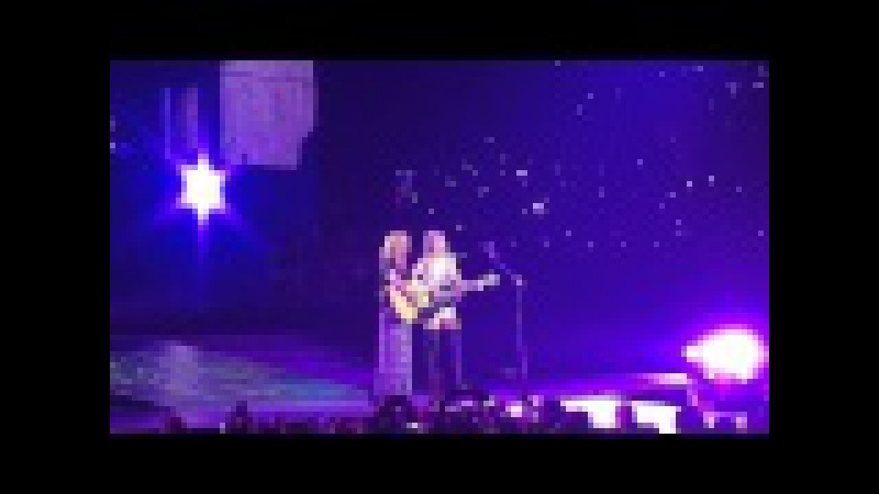 Taylor Swift and Lisa Kudrow (Phoebe Buffay) sing Smelly Cat