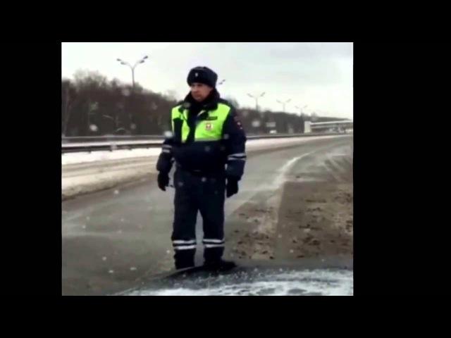 Инспектор ДПС перекрыв дорогу для кортежа не пропустил скорую помощь с младенцем.