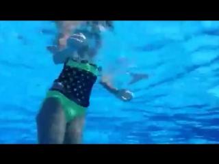 Под водой (девушка снимала себя на камеру)