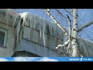 В центре Москве при падении с крыши глыбы льда и снега серьёзные травмы получила девушка