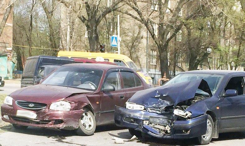 Сегодня утром на Котлостроительной дорогу не поделили Hyundai Accent и Nissan Primera