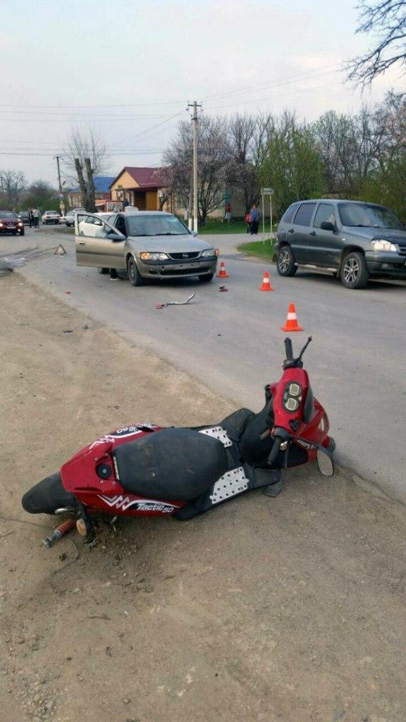 Под Таганрогом водитель мопеда не уступил дорогу и попал под автомобиль Opel Vectra