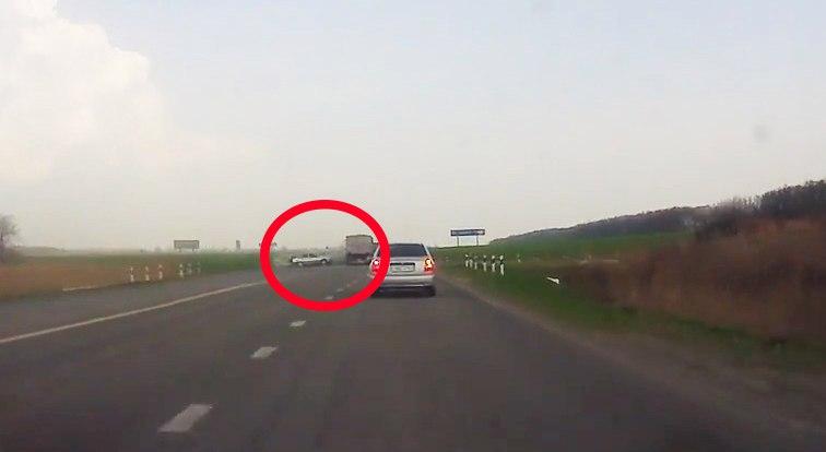 Столкновение «КАМАЗА» и Daewoo Nexia на въезде в Таганрог попало в объектив видеорегистратора