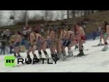 Массовый спуск лыжников в купальниках со склонов «Розы Хутор»