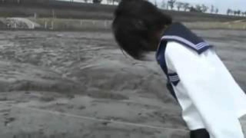 Японская школьница упала в болото