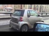 Девушка вяжет за рулем автомобиля / Girl knits driving