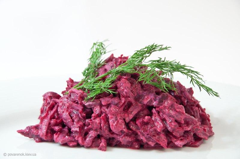 Салат из свёклы и черносливом чесноком и майонезом