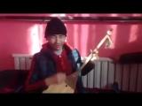 Слепой_парень_казах_играет_и_поет_на_домбре_уйгурскую_песню.