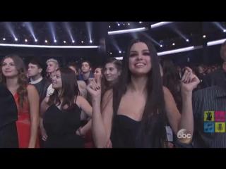 — Селена Гомез отрывалась под выступление Арианы, а так же сказала: 'Это моя девочка'. 😱💕
