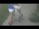 Скандальное видео Орловская молодая кормящая мама пьёт пиво на улице с коляской Ужас Кошмар