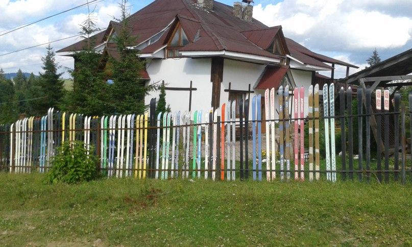 На днях наткнулся на такой вот забор из лыж.