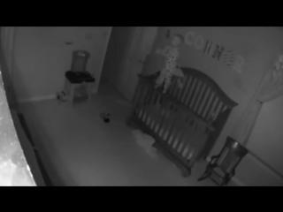 Когда мама просмотрела видео с камеры наблюдения, ее душа ушла в пятки…