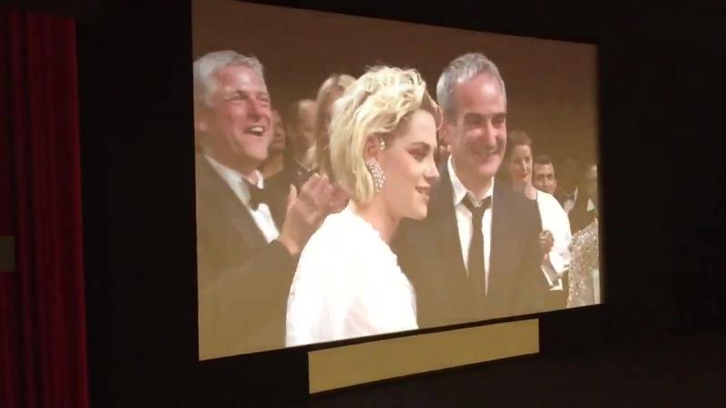 Joli moment de complicité entre KristenStewart et OlivierAssayas. PersonalShopper Cannes2016