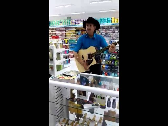 Homem desmaia cantando galopeira