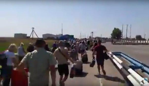 Появилось видео бегущих с Украины в Крым людей
