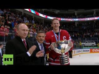 Россия: Путин наградил Чемпионата по Хоккею трофей в Канаду после того, как 2-0 победу над Финляндией.