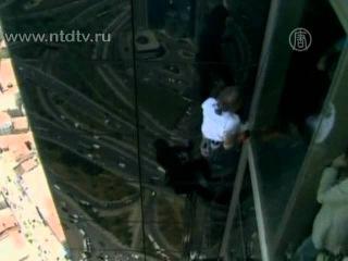 Человек-паук чуть не сорвался с небоскреба