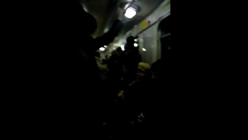 Вот как бабушка жуёт жувачку в метро