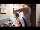 Папа делает прическу дочке