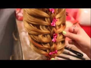 Коса на весу с односторонним подхватом - идея для причёски