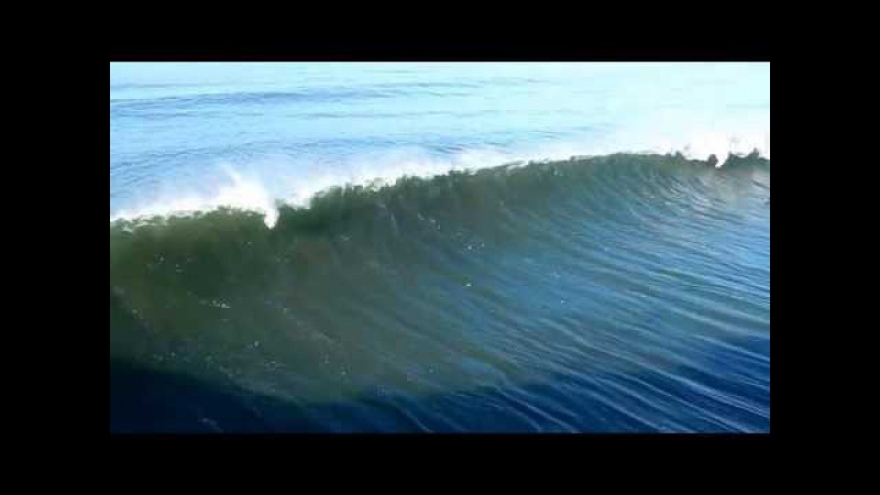Гигантские волны океана Surfer Paddles Out Through Big Waves