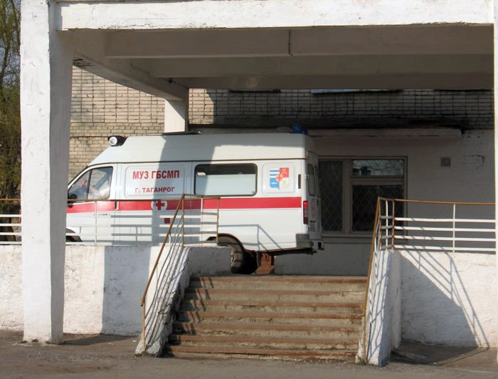 В Таганроге столкнулись Suzuki Grand Vitara и «ВАЗ-21053», есть пострадавший