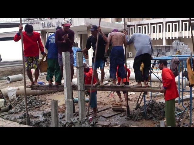 Тайладские строители забивают сваи.
