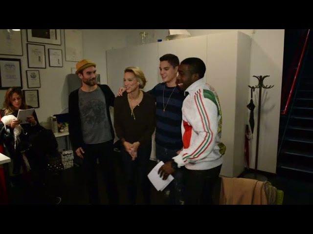 X Factor-deltagarna och Ison tar fanbild med Emma Wiklund - X Factor (TV4)