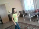 девочка танцует танец под песню носа