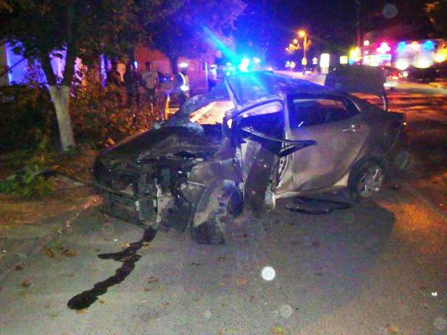 В Таганроге Kia Rio на большой скорости врезалась в дерево, двое пострадавших