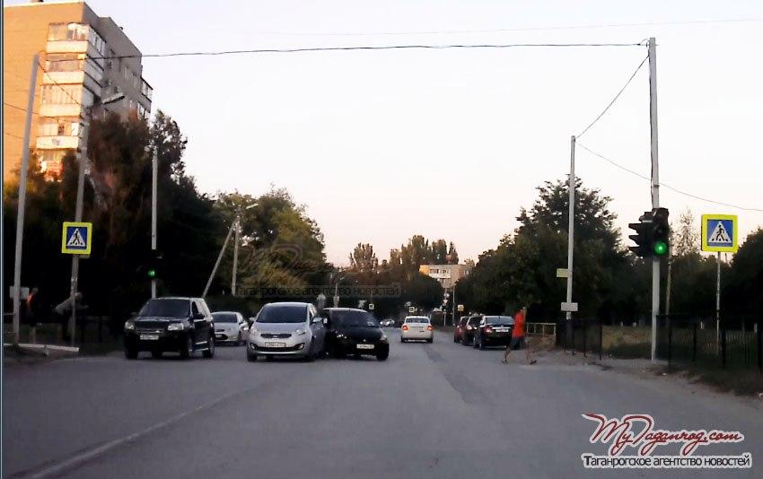 В Таганроге на Русском поле столкнулись автомобили Kia и Honda