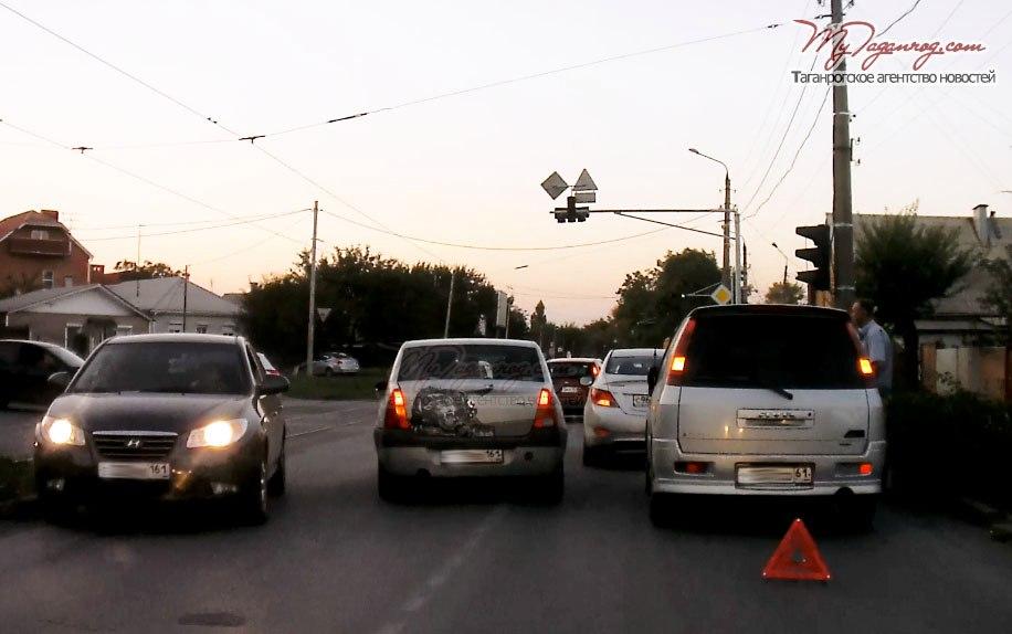 В Таганроге на Большом проспекте автомобиль Mitsubishi «догнал» Hyundai Solaris