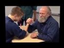 Ученик и учитель борются на руках за оценку:))