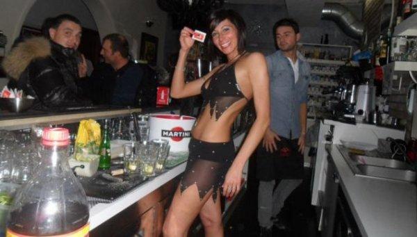 Официантки в бикини, барменша Le Cafe
