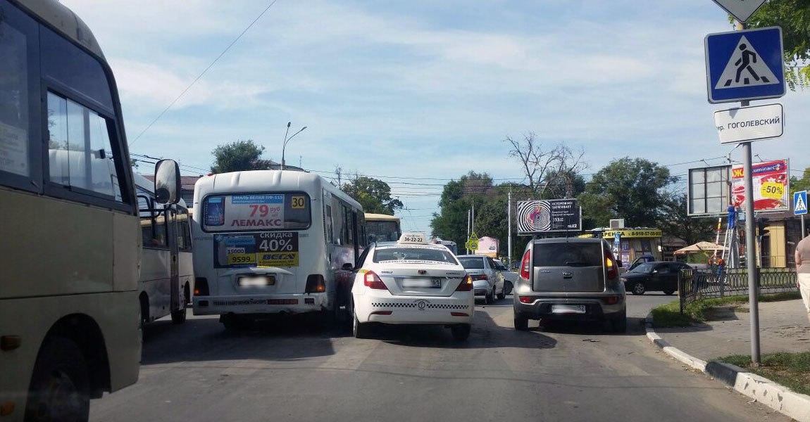 В центре Таганрога водитель «Таганрогского такси» на Geely Emgrand протаранил «десятку» и маршрутку №30