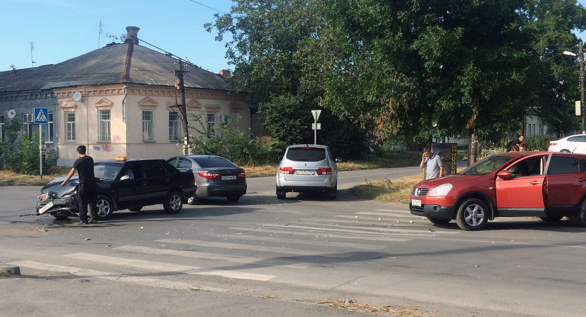 В Таганроге таксист на «ВАЗ-2115» протаранил Nissan Qashqai