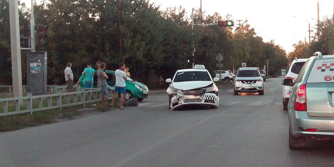 В Таганроге столкнулись автомобили такси «Таганрогское такси» и Daewoo Matiz