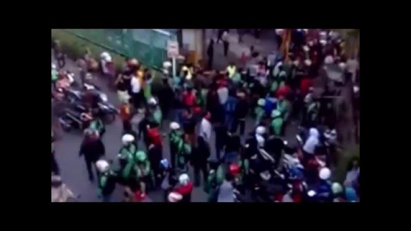 Video Amatir! Detik - Detik Driver Gojek ditikam di Sunter Mall