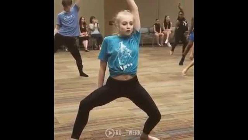 Девочка офигенно танцует
