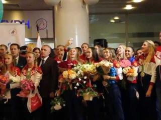Сборная России, Дмитрий Губерниев, Александр Жуков и другие поют гимн России в Шереметьево