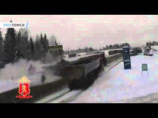 Дальнобойщик разбился на трассе под Красноярском. Кадры ДТП