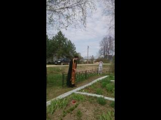4 мая 2016 года. Деревня Ягодино Зубцовского р-на Тверской области. Отец Пётр служит заупокойную литию по павшим воинам Уральско