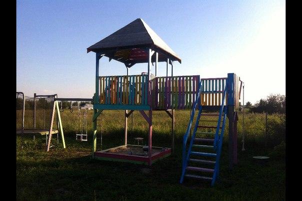 максим шевченко вот такую детскую площадку сделал для своих любимых деток сам на даче , она состоит на 80 % из строительных поддонов , может кому понравиться идея