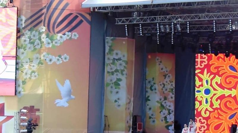 Диана Минзанова(вокал) Айгуль Тахаева Адель Абдуллина(танцы)_9 мая 2016_г.Екатеринбург(Главная сцена.Плотинка)