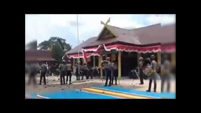 Video Amatir...!! Bentrok Warga Vs Polisi Di Mapolres Meranti